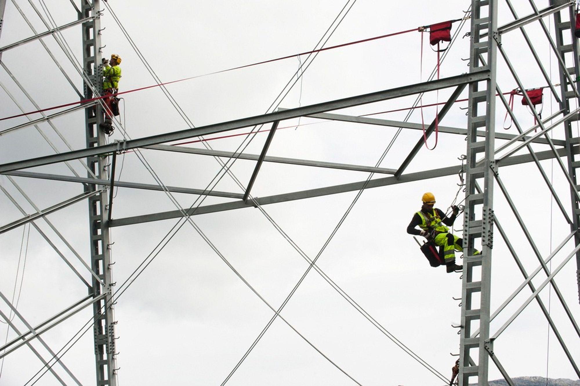 Mastemontører fra Dalekovod bygger den nye kraftlinjen Sima-Samnanger gjennom Hardanger.