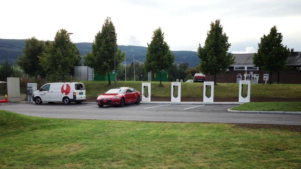 Med to nye hurtigladestasjoner i Sverige kan Teslaeierne nå kjøre fra Oslo til Stockholm uten å bekymre seg for lange stopp.