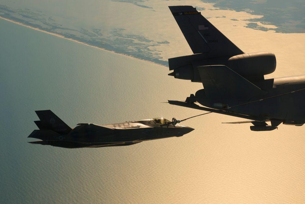 Det behøves tankflyhjelp når kampfly skal transporteres over store avstander som for eksempel fra USA til England. Her er det testflyet BF-02 som fyller drivstoff fra et KC-10.