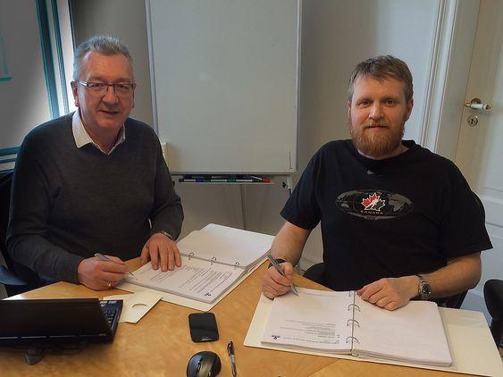 Salgsdirektør Tor Leif Mongstad i Havyard Group og administrerende direktør Steingrímur Erlingsson i Fafnir Offshore er førnøyde med å kunne signere kontrakt om bygging av ytterligere en PSV.