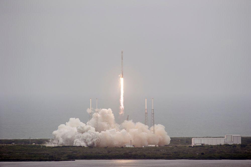 Her er den ubemannede Falcon 9-raketten på vei mot verdensrommet med forsyninger til Den internasjonale romstasjonen, og 6 millioner danske kreftceller.