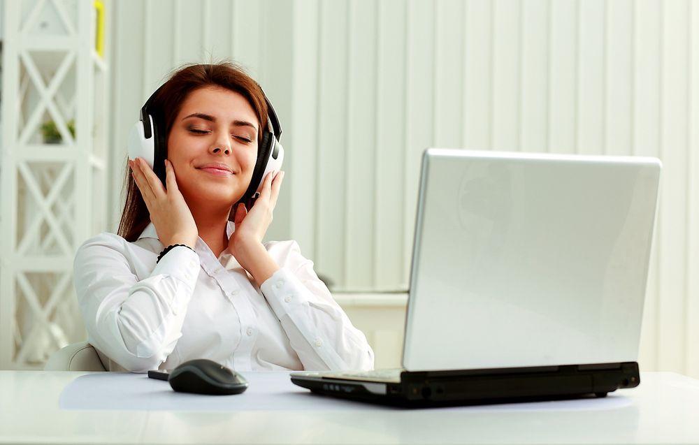 En sang som gjør deg i godt humør, kan likevel ta så mye fokus at du blir mindre konsentrert om arbeidsoppgavene, mener ekspert på musikk og helse.