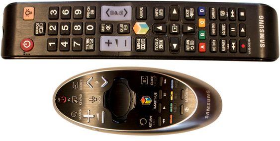 To fjernkontroller: Det følger med to fjernkontroller. En vanig og en som fungerer omtrent som en laserpaker. Den gjør det mye enklere å taste inn tekst i søkefelter.