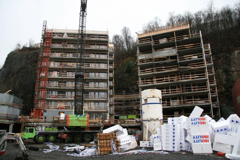 Direktoratet for byggkvalitet forbereder nye regler for sentral godkjenning. Regjeringen vil ha ned feilraten i norsk byggenæring. Bildet viser en oligblokk der terasser raste fra råbygget på grunn av feil fra en underentreprenør.