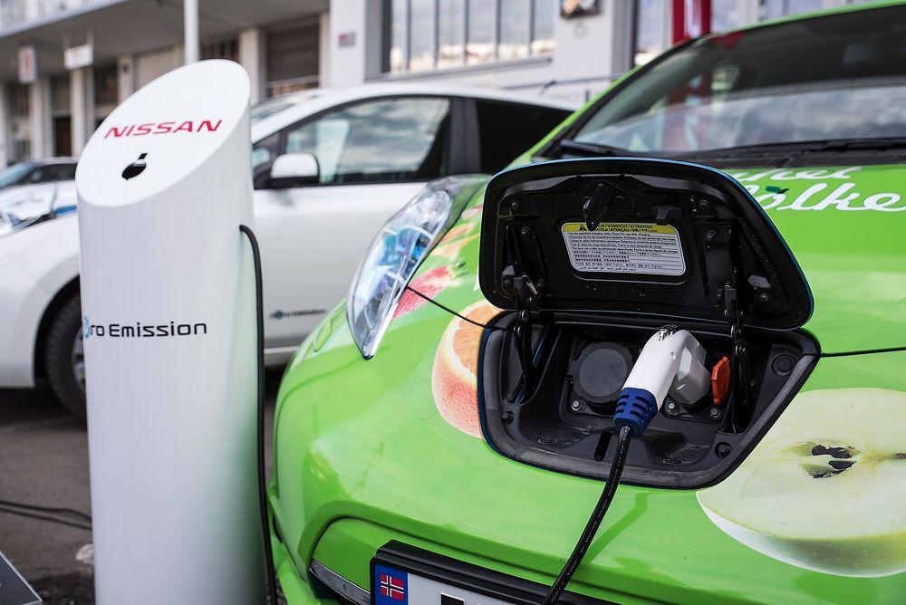 Nissan og Kiwi inngår samarbeidsavtale om utbygging av infrastruktur for hurtiglading i tilknytning til Kiwi-butikker over hele landet.