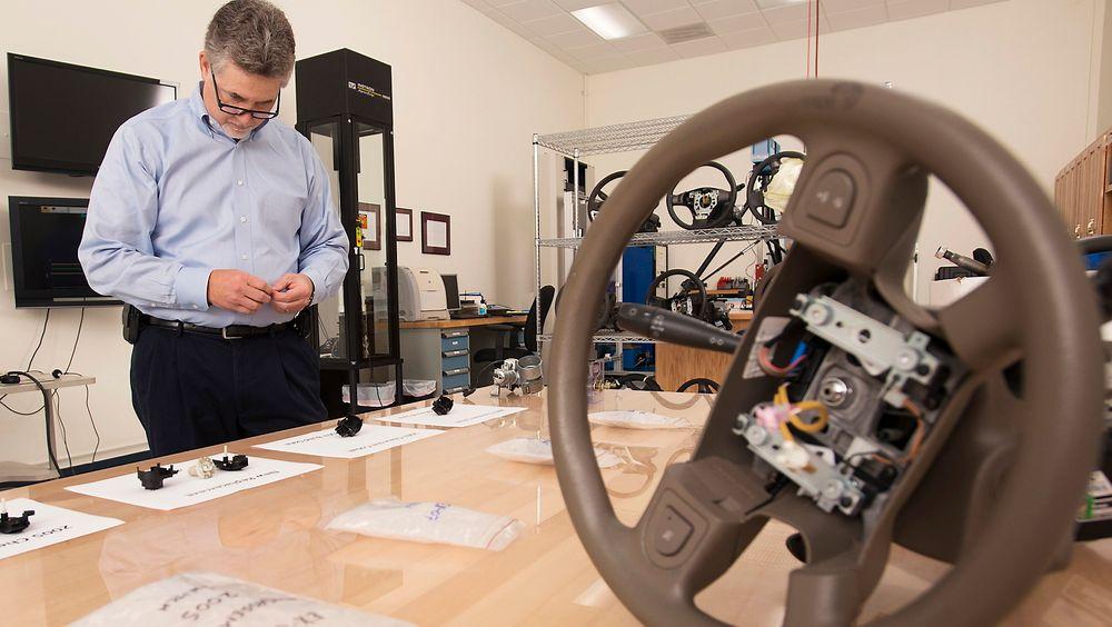 Ingeniør Mark Hood inspiserer en del som fører til at til at General Motors må kalle tilbake over halvannen million biler.