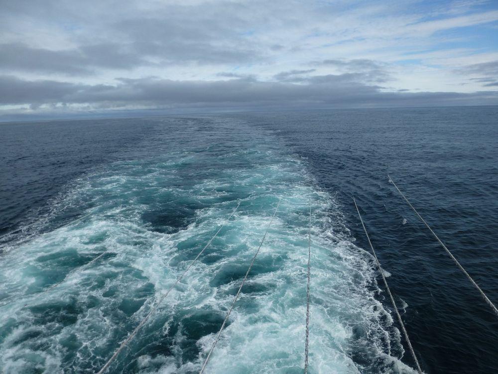 I GANG: Seismikk fungerer ved at en lydkanon sender trykkbølger ned mot bunnen. Refleksjonen fanges opp av sensorer i lange lyttekabler. Målet er å gi oljeselskapene bilder de kan forholde seg til i letingen etter olje og gass. Nå er TGS i gang med dette arbeidet i Barentshavet.