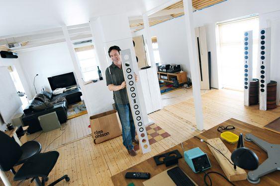 Når bare det beste er godt nok: Geir Fredriksen utvikler høyttalere hjemmefra i Inderøy. Her med en buet Line Source-utgave i akryl. Dette materialet har også en akustisk funksjon i tillegg til at det tar seg godt ut i stua.