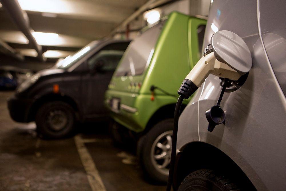 Å lade elbil innendørs er ikke farlig - såfremt man bruker riktig ladeutstyr, skriver Ståle Frydenlund, redaktør for elbil.no.