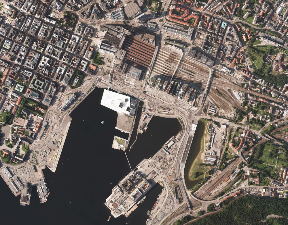 Kvadraturen i Oslo (til venstre i bildet) består av mange eldre murbygninger fundamentert på treflåter. Foto: Norge i bilder, Kartverket, GE