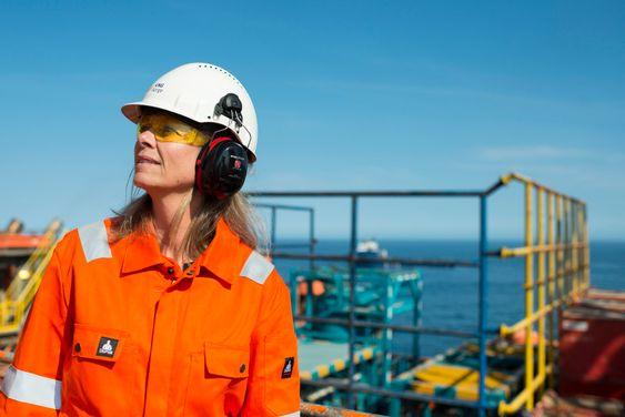 Kristiansund, 24.04.2014 VNG pressetur til Transocean Artic. Leteekspert VNG Kari Lokna Foto: Helge Hansen