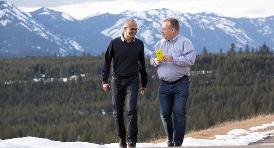 Nye sjefer: Microsofts nye toppsjef etter Steve Balmer, Satya Nadella (til venstre) den nye sjefen for Microsoft Devices Group, Stephen Elop tar seg en spasertur sammen med en ny Nokiamodell.