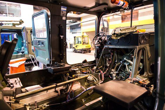 Alt av instrumenter og utstyr plukkes ut av forvogna i forbindelse med moderniseringen av beltevognene.