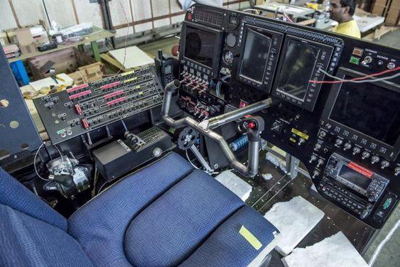 Cockpiten er kummerlig, men ergonomisk utformet. Setet er av samme typen som brukes i Business Class på kommersielle fly for maks komfort.