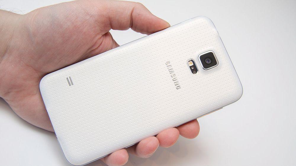Galaxy S5 er laget i plast, og har et bakdeksel som av noen har blitt sammenlignet med et plaster.