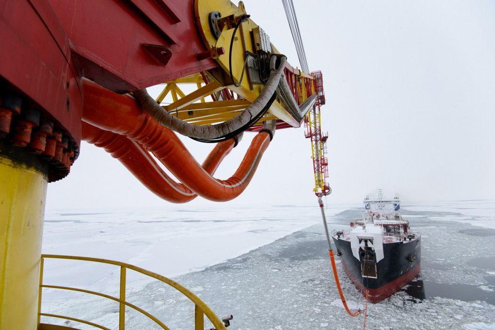 Her laster den spesialdesignede istankeren Mikhail Uljanov opp 70.000 tonn olje fra Prirazlomnaja-plattformen i Barentshavet.