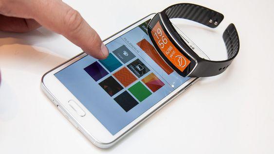 Gear Manager-appen på mobilen kan brukes til å endre innstilliner på Gear Fit. Her kan du for eksempel skifte bakgrunnsbilde.