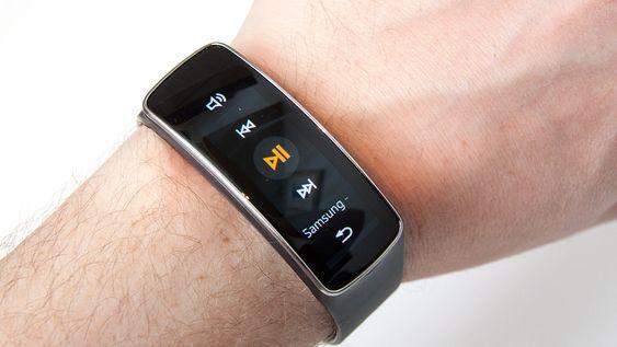 Du kan styre musikken på mobilen din rett fra klokken.