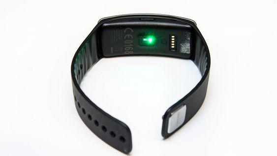 Pulsmåleren er optisk, og dette grønne lyset brukes i pulsmåleprosessen.