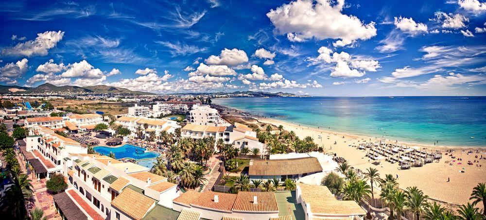 TRUET NATUR: Flere protesterer mot oljeselskapenes leting etter olje rundt blant annet Ibiza. Her fra Playa d'en Bossa på ferieøya.