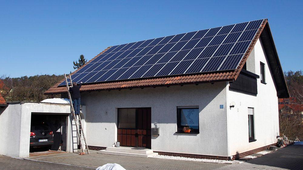 Et bolighus med solceller på taket i Coburg i den tyske delstaten Bayern.