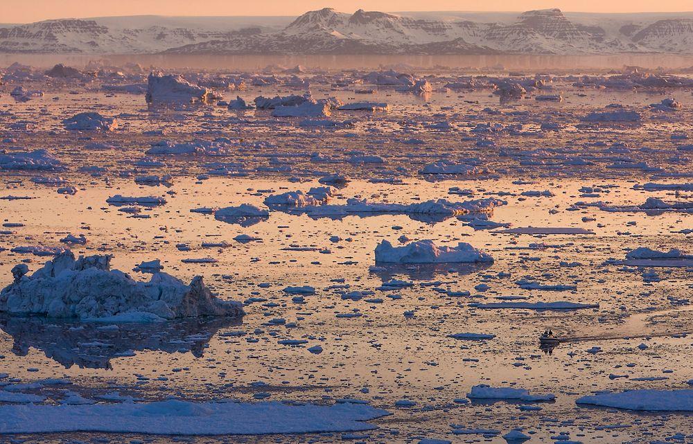 En uke etter at FNs klimapanel ga oss den kraftigste advarselen hittil om hva som venter oss, møtes de i Berlin for å drøfte tiltak for å bremse utslippene. Vi får toppen 15 år til å snu utviklingen. Her ses en liten båt mellom isflak på Grønland.