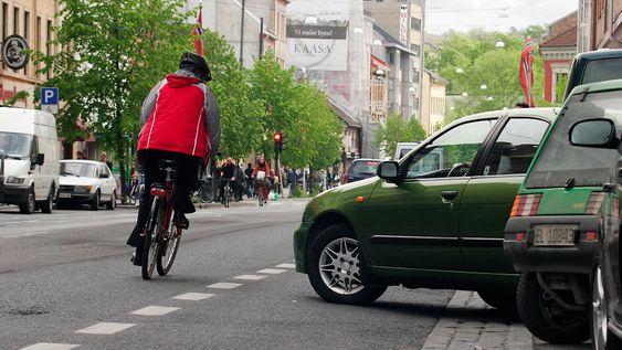 Oslo. Grønland. Aftenpostens lesere har kåret denne strekningen på Grønland til å være Oslos verste sykkelfelle. Privatbiler, varetransport og drosjer tjuvbruker sykkelstien oog skaper farlige situasjoner.Bildet: Syklist på farlig strekning. Bil svinger plutselig ut i sykkelfeltet.FOTO: THOMAS OLSEN