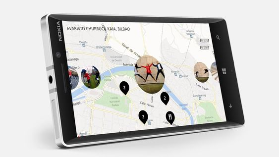 Lumia 930 har ramme i metall, Gorilla Glass foran skjermen, og bakdeksel i plast.