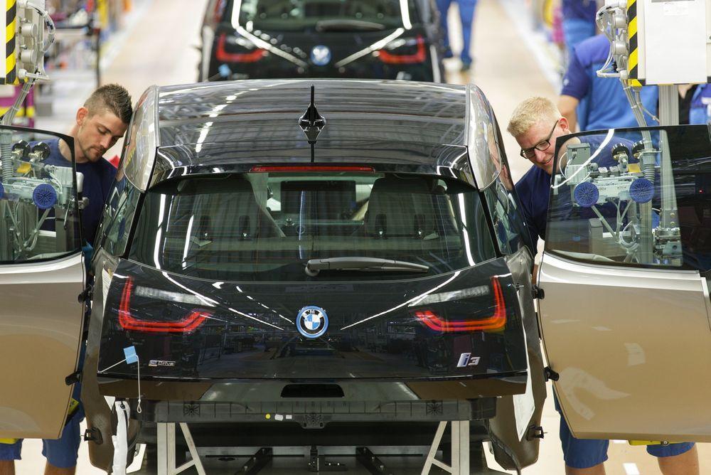 Her skrus en BMW i3 sammen på Leipzig-fabrikken. Flittige ingeniører har for lengst gjort den motsatte jobben og tjent gode penger på det.
