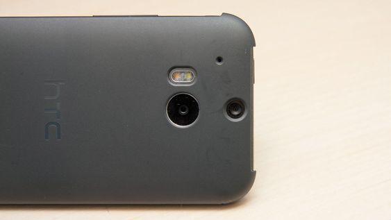 Det er hull til kameraet på baksiden, men dekselet over skjermen vil dekke kameraet om det vippes hele veien rundt.