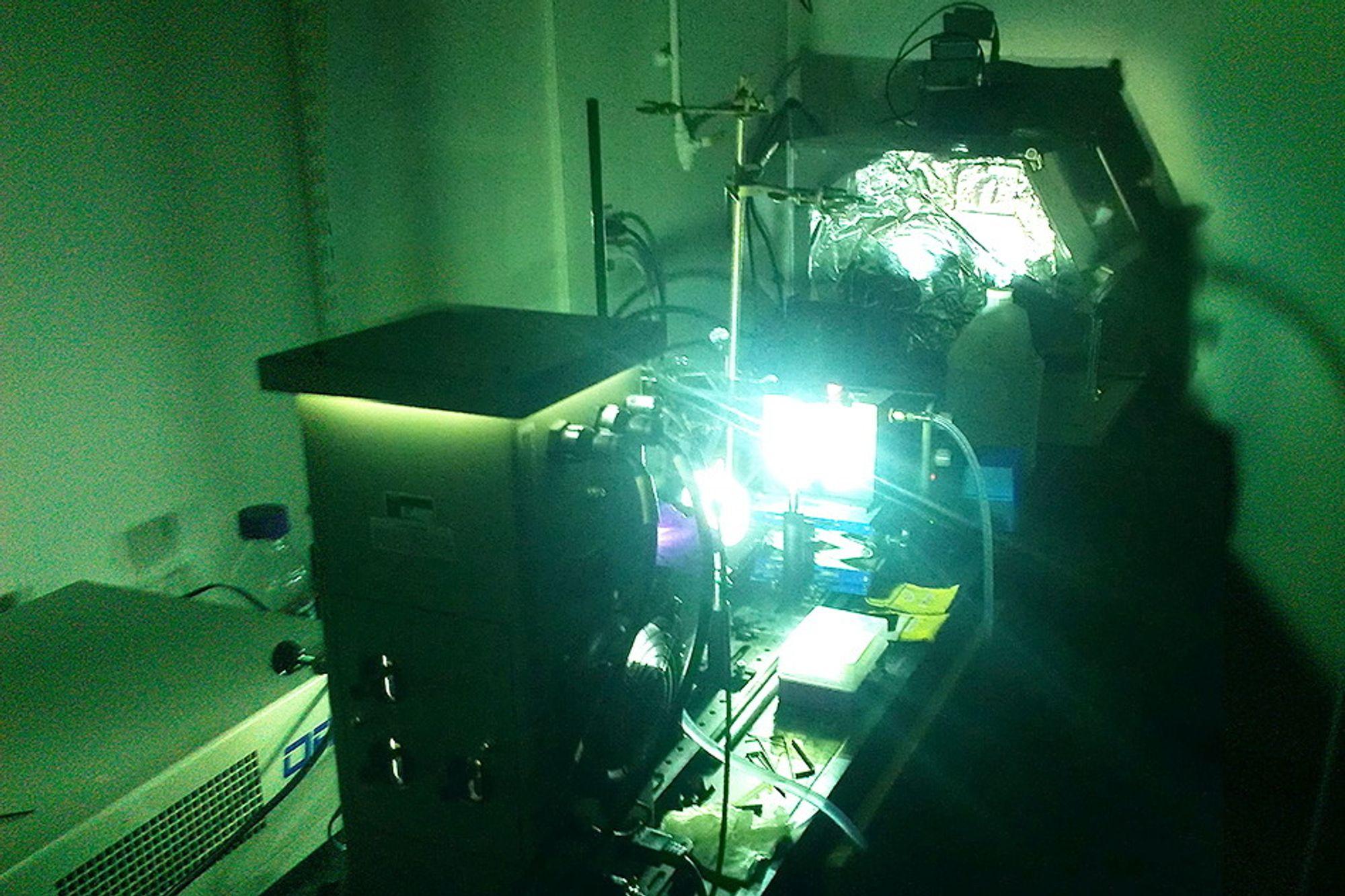 En kraftig buelampe har blitt brukt til å simulere sollys på ulike molekyler hos Massachusetts Institute of Technology.