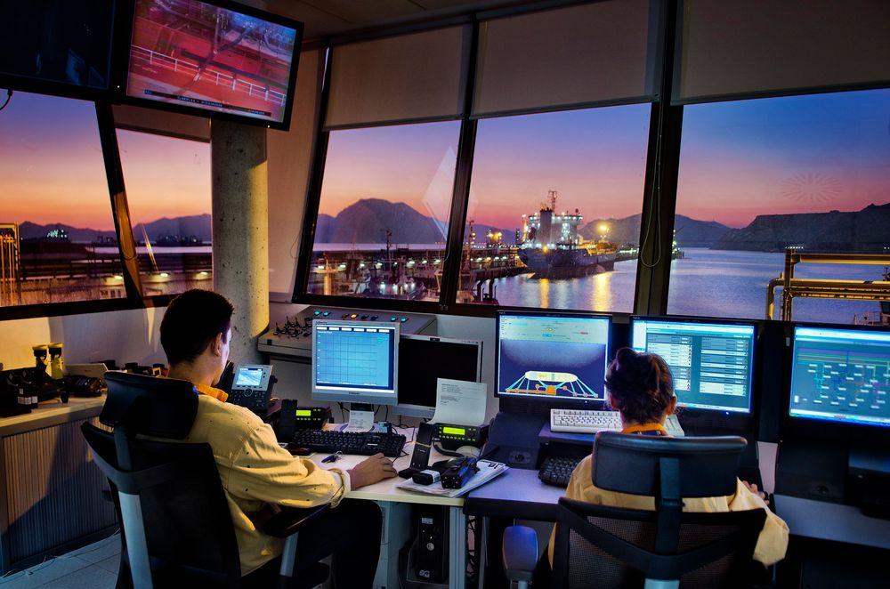 STADIG FLERE: Repsol ansatte 1062 nye mennesker i fjor, hvorav 49 prosent var kvinner. Her fra et kontrollrom på en av selskapets terminaler på Cartagena Industrial Complex.