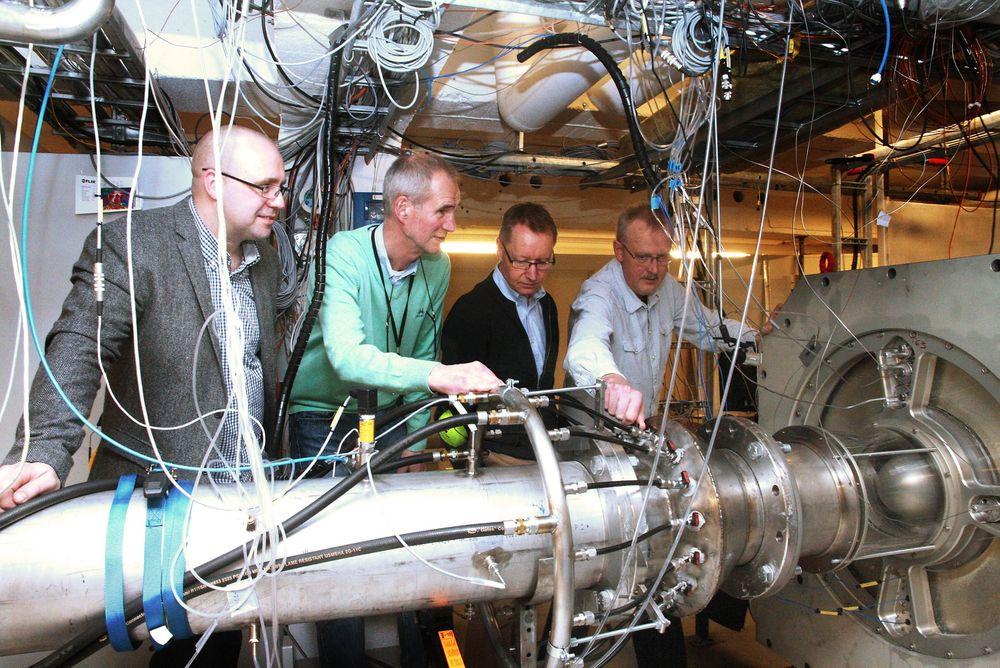 Testsjefer: Richard Markeson (Gassco), Morten Løes (Statoil), Harald Fretheim (ABB) og professor Lars E. Bakken (NTNU) ser hvordan gassdråpene endre seg fra innløp til utløpsside.
