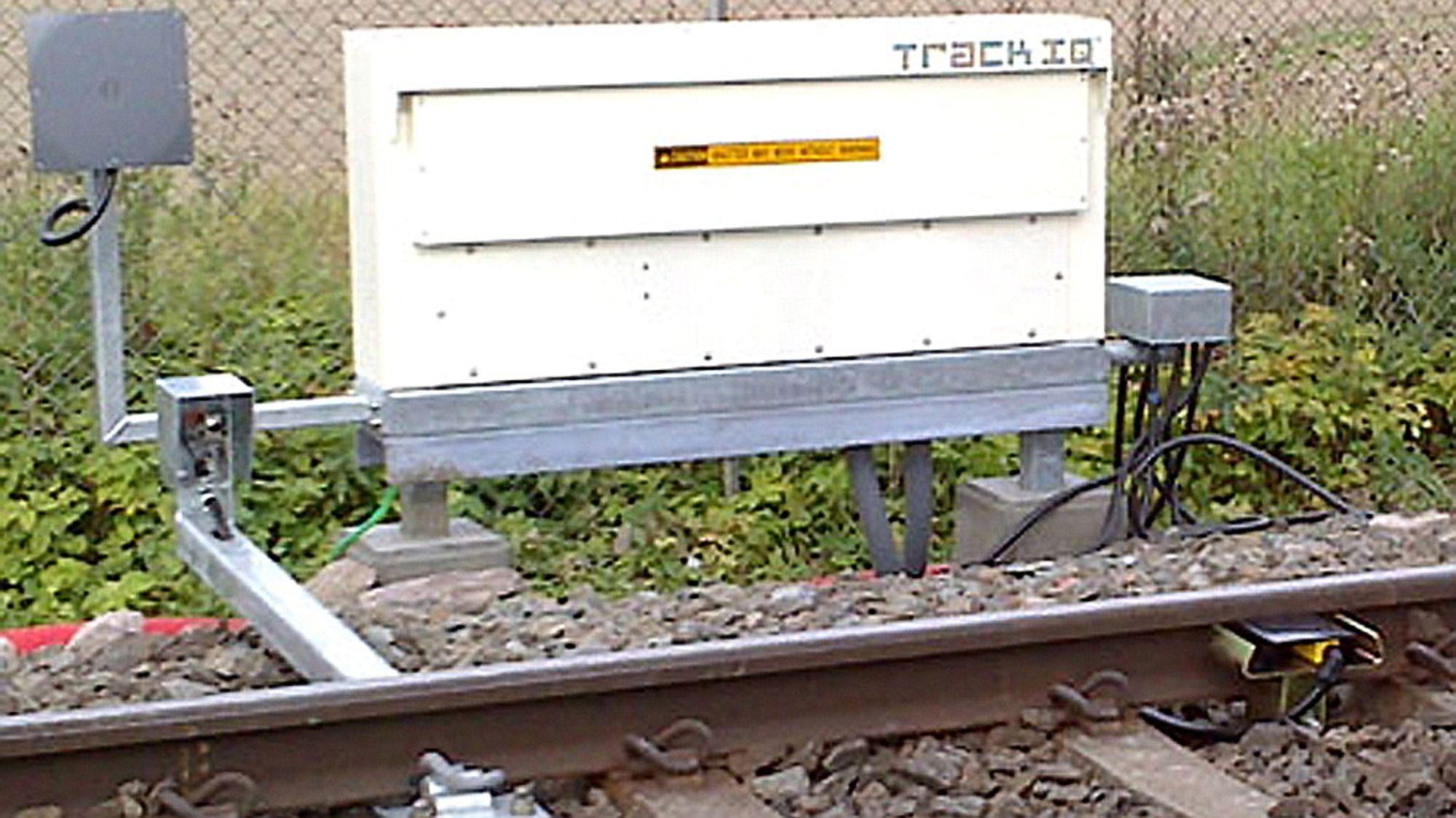 Lydmålere montert på Lierstranda  Akustiske detektorer er montert på begge sider av sporet på Lierstranda.