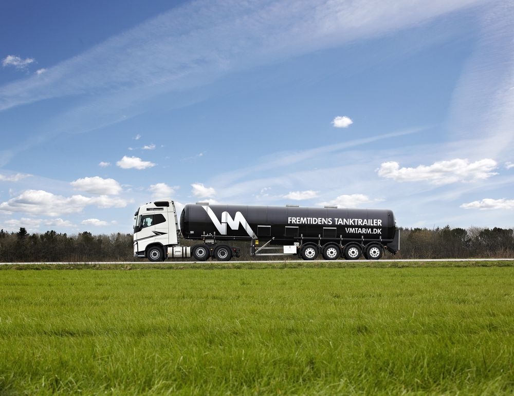 Den nye danske tankbilen veier 2,7 tonn mindre enn en standard tankbil, og har plass til seks prosent mere last.
