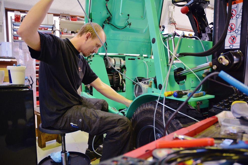 Kompetanse: Svenn Inge Sivertsen jobber i verkstedhallen på Forus i Stavanger med å konvertere en truck, slik at den kan brukes i eksplosjonsfarlige områder.