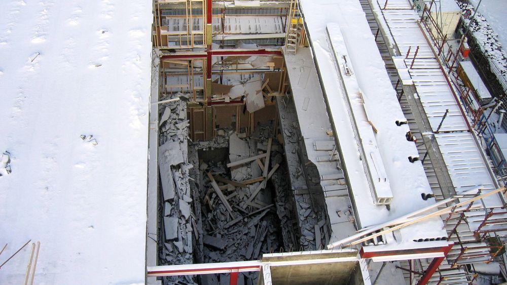 Sintef-forsker Hans Stemland vil fjerne regelen om at man kan utføre arbeid på en byggeplass hvis det er to frie etasjer opp til dit monteringen av nye elementer foregår. Her fra Biohuset i Hamar, hvor 18 hulldekkelementer raste sammen i 2007.
