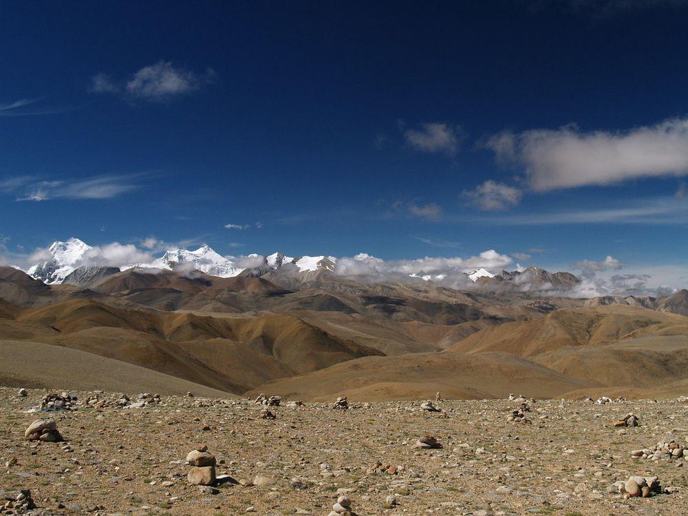 Tibetplatået ligger har lite infrastruktur, tynn luft og ligger gjennomsnittlig på 4500 meter over havet.