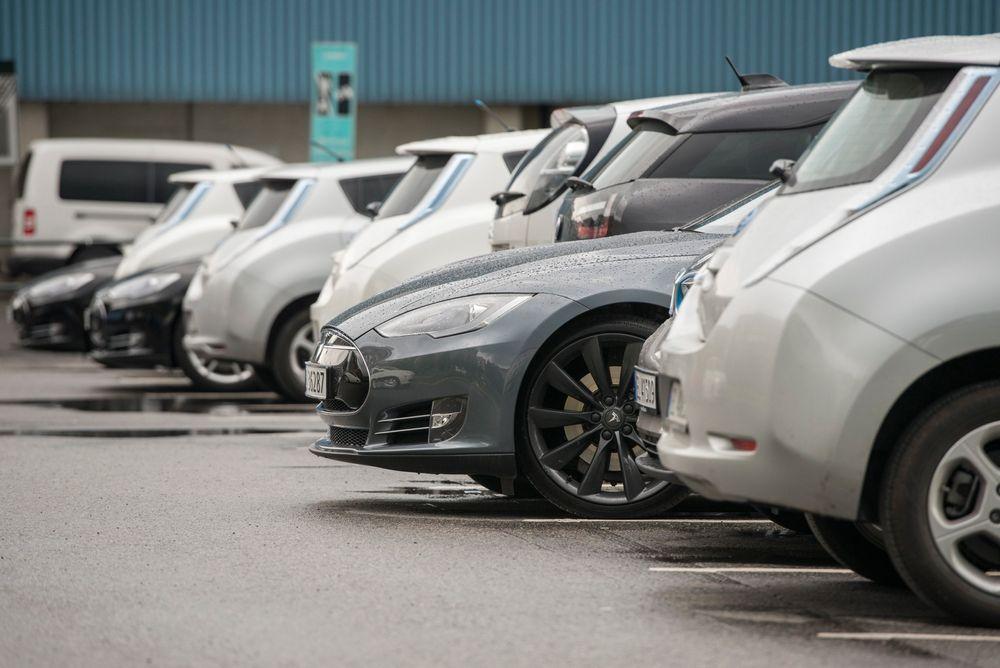 Elbiler får stå gratis på offentlige parkeringsplasser. Oslo kommune budsjetterte med en nedgang i parkeringsinntektene i 2014 med 29 millioner kroner, til tross for at avgiftene økte.