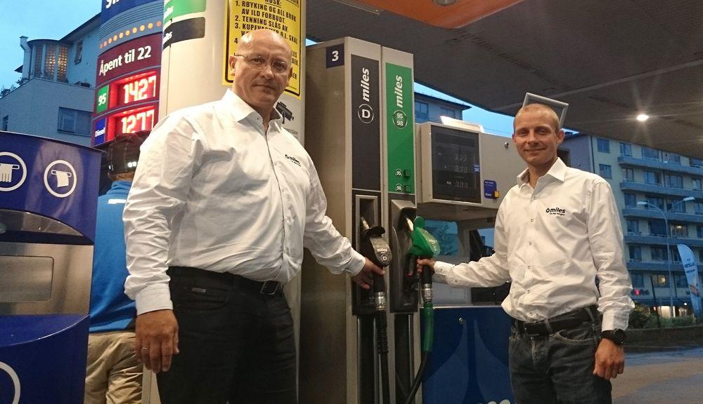 Reduserer forbruket: Senior produktspesialist Sergio Casadiego og senior produktsjef for drivstoff, Anders Kleve Svela i Statoil Fuel and Retail er klar med resultatet av mange års forskning, som skal gjøre bilene vår litt mindre tørste og gi mindre utslipp.