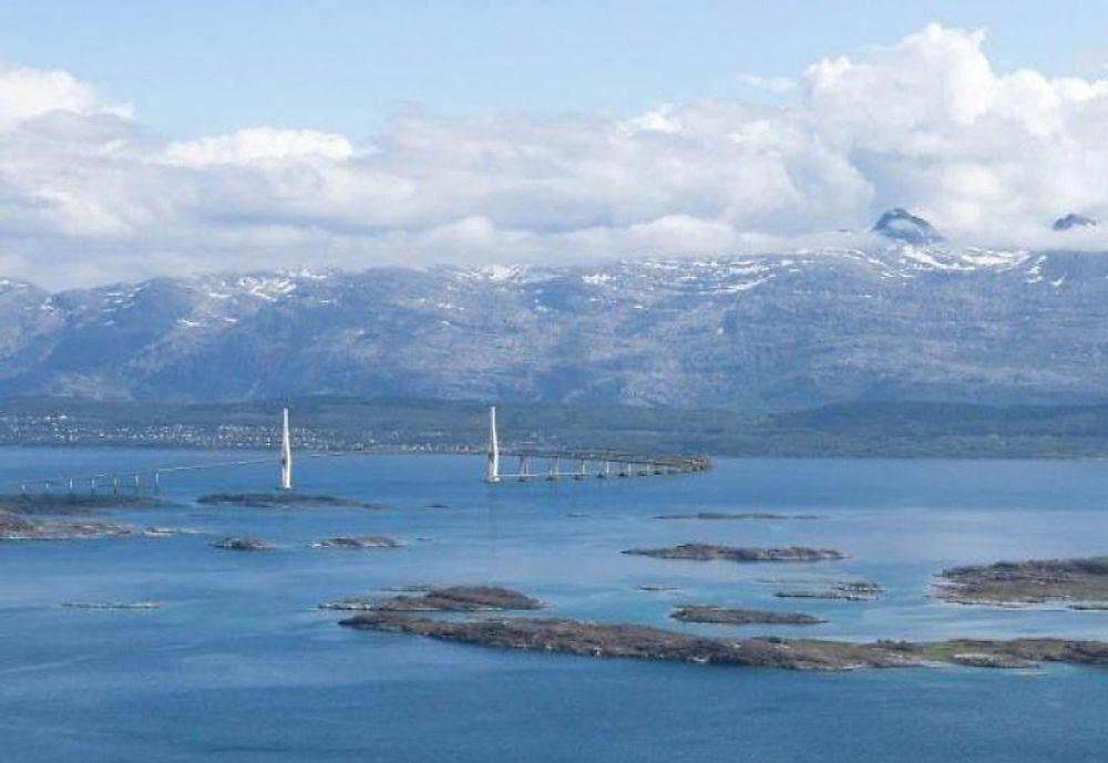 Slik kan en flytebru over Alstenfjorden se ut.