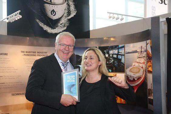 Entusiasme: Statssekretær Dilek Ayhan (t.h.) jubler sammen med Edmund Tolo fra Fjellstrand over at ZeroCat-fergen er kåret til Ship of the Year 2014.
