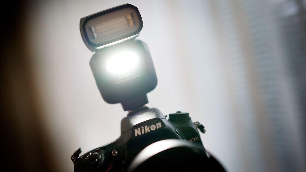 Nikon D750: Den nye blitzen SB-500 har innebygget videolys. Foto: Eirik Helland Urke