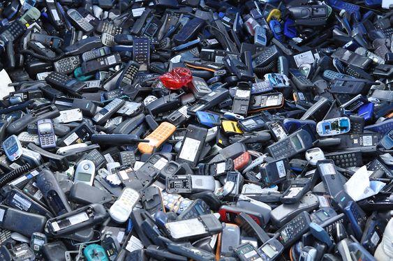 Det blir produsert mange mobiltelefoner. Når forbrukeren bytter mobil, forsvinner de ikke uten videre. Bildet er fra en urban gruve i det nord-europeiske lavlandet.