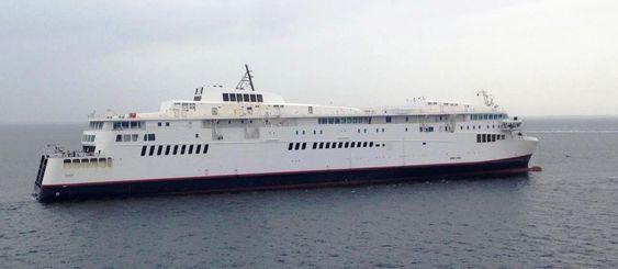 Taues: Skroget til Scandlines ferge Berlin på vei fra Stralsund til Fayard og omfattemnde ombygging.