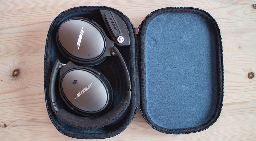 Kompakt: Kompakte QuietComfort 25 i en like kompakt reiseveske er et stort pluss for de som flyr mye og bare vil ha håndbaggasje.