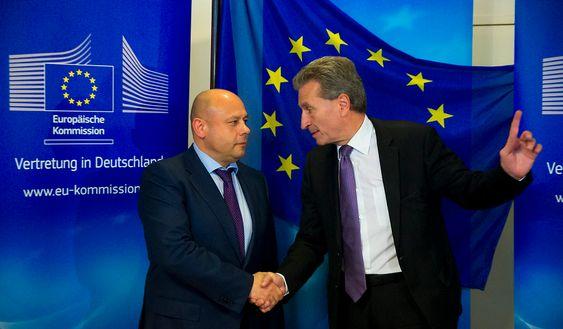 Ukrainas energiminister Jurij Prodan (t.v.) og EUs energikommissær Günther Oettinger i forkant av gassmøtet i Berlin fredag.