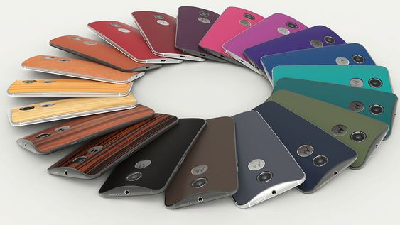 Moto X kommer i en rekke varianter. Amerikanske kunder kan designe telefonen etter eget ønske via Motorola Moto Maker-nettjeneste.