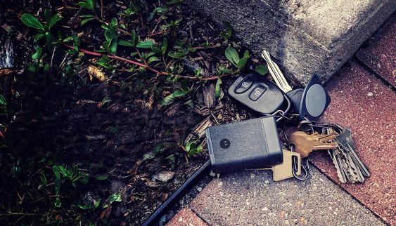 Moto Power Pack Micro festes til nøkkelknippet, og kan brukes som nødlader, pipe når du ikke finner nøklene og få mobilen til å lage lyd når den har forsvunnet.