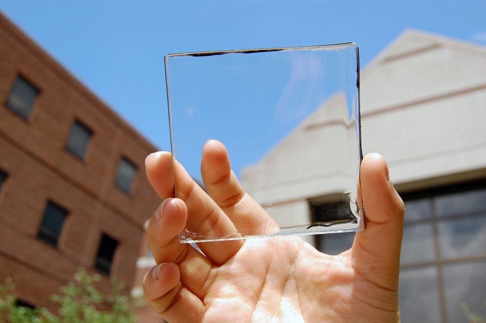 Usynlig: En gjennomsiktig, selvlysende  solkonsentrator over et stykke glass. Helt uten farge.
